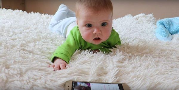 Ребенок слушает лепет «коллеги» по возрасту